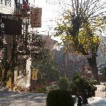 La rue prise de l'entrée de l'hôtel