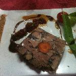 Nougat de bœuf, vinaigrette aux herbes et confiture d'oignons