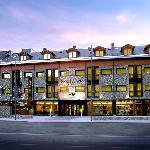Entrada y fachada principal Hotel Aneto. Benasque con Pico Cerler de fondo. Pirineo Aragonés.
