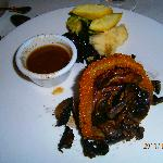 Beef with onionring, fried mushrooms, vegetables and potatoes by choice.