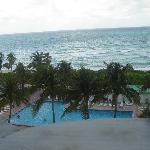 Vista do apartamento de frente para a piscina e oceano