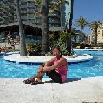 piscina sul davanti dell'hotel