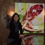 Hausherrin Isabella Burger posiert für uns am Flügel