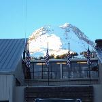 La cima del Mt. Hood vista desde afuera del hotel