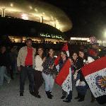 Con los amigos afuera del estadio