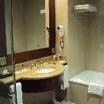 15-Salta-Hotel Alejandro I Internacional:  Baño en habitación Superior