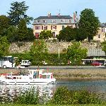 Sur les remparts de la veille ville, dominant la rivière de la Mayenne