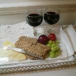 Käse- und Weinplatte zum Empfang