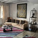 Le confortable salon vous accueille pour vos moments de détente et de convivialité.