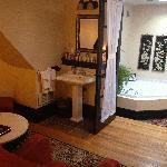 Whirlpool tub - Pretty French Doors!