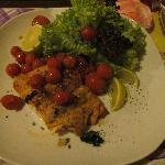 trancio di salmone alla griglia con pomodori ciliegini