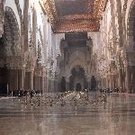 L'immensa navata centrale col tetto scorrevole decorato a motivi floreali