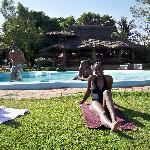 bronzette au bord de la piscine