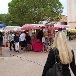 petit marché organiser sur la place centrale