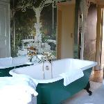 trompe l'oeil behaind bath!