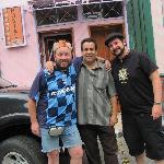Con Alberto en la puerta del Alecon fine Hostel