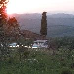 Blick von oberhalb des Pools auf die umliegenden Hügel