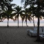 morgendlicher blick von höhe der owner`s villa auf den strand (nicht die gesamte nirvanastrandbr