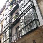 Застекленные балконы - эркеры, благодаря которым внутри светло и уютно