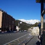 La carretera que pasa por delante, dirección Soldeu.