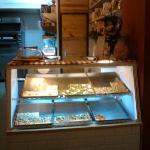 El mostrador con algunas pizzas preparadas.