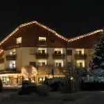 Hotel Aussenansicht bei Nacht