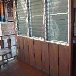 Balcon et petite table devant la chambre