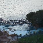 Pool vom Bungalow aus gesehen