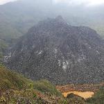 Le dome de lave du Mont Kelud et le reste du lac de souffre