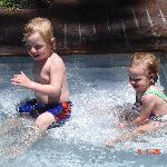 Valentino y Candela en la piscina
