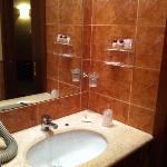 Lavabo con pochi strumenti per la doccia