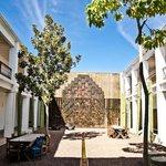 Patio con Fuente Mural del Maestro Toledo y habitaciones alredor