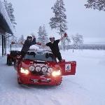 走行後にドライバーとガッツポーズ!向かって左が私。ドライバーは氷点下で半そで!