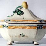 Antica zuppiera in maiolica conservata nel Museo della Ceramica