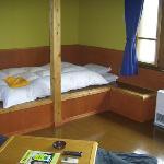 部屋もベッドも素朴に木製です。