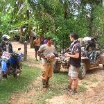 Le buggy, des villageois et un de nos guides