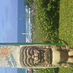 vista do mar do Santinho com o Tótem em primeiro plano