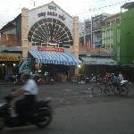le marché face à l'hotel