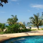 Utsikten från poolen mot stranden
