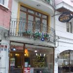 L'ingresso dell'albergo