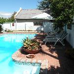 vue du Cottage avec la piscine au premier plan