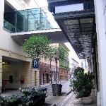 Das mittlere der Gebäude auf der linken Seite, nach der Parkhauseinfahrt,  ist das City Hotel