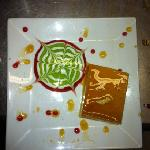 chese flan with a flower in kiwi, whithe chocolate and strowberry