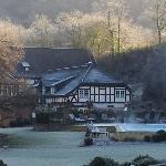 Blick über den Park mit Restaurant und Aussenpool