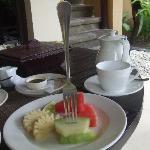 朝食。フォークも刺さらない固さのメロン。