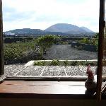 Uitzicht op de vulkaan vanuit de slaapkamer eerste etage