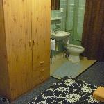 Eine Waschgelegenheit im Zimmer mit Bidet, allerdings ohne Trennwand