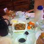 le petit déjeuner, croissants et pains au chocolat qui sortaient du four
