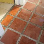 L'acqua che dai muri grondava sul pavimento e da qui usciva dalla stanza passando sotto la porta