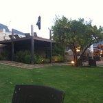 de tuin bij zonsondergang